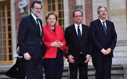 Premier Hiszpanii Mariano Rajoy (z lewej) obok innych najważniejszych przywódców UE, kanclerz Niemie