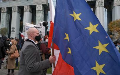 Sędzia Bartłomiej Starosta (C) podczas zgromadzenia przed budynkiem Sądu Najwyższego w Warszawie