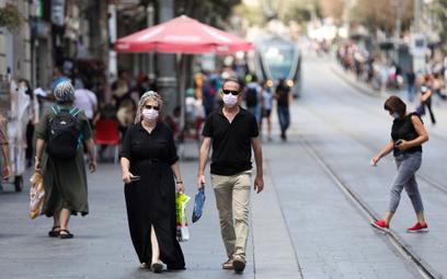 Mieszkańcy Izraela mają nosić maski w miejscach publicznych pod dachem przez całą zimę