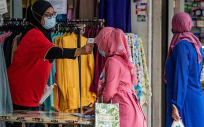 Malezja łagodzi obostrzenia i uchyla drzwi meczetów