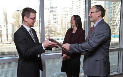 Uroczystość wręczenia nagrody dla najlepszego prawnika przedsiębiorstwa. Od lewej stoją: laureat - K