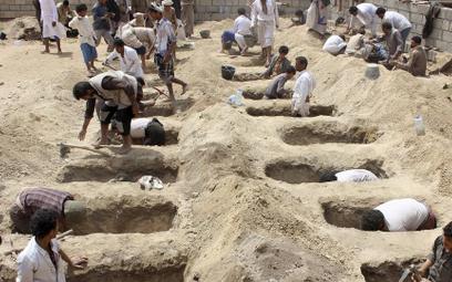 Dzień po ataku na szkolny autobus. Groby szykowane dla dzieci, na cmentarzu w prowincji Saada