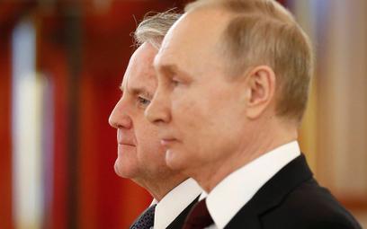 Prezydent Rosji Władimir Putin i ambasador USA John Sullivan podczas uroczystości wręczenia listów u