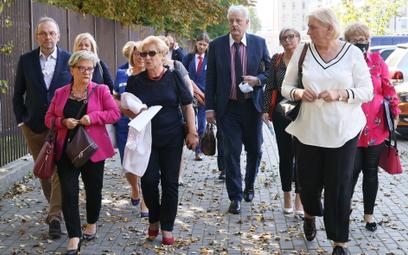 Przedstawiciele Ogólnopolskiego Komitetu Protestacyjno-Strajkowego Pracowników Ochrony Zdrowia w dro