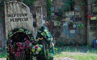 """Pomnik """"Ofiarom represji"""" na cmentarzu w Kamieńcu Podolskim upamiętnia m.in. tych, których ciała bez"""