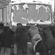 """Rozpowszechniony tej zimy sposób uruchamiania pojazdów mechanicznych """"na pych"""". Warszawa, kwiecień 1"""