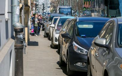 Stowarzyszenie chce zmian zasad parkowania na chodniku
