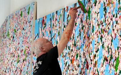 """Damien Hirst podczas pracy nad cyklem """"Kwitnące wiśnie"""", 2020"""