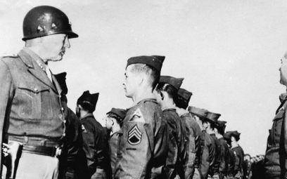 Generał USA George Patton wizytujący żołnierzy. Cheb, Czechosłowacja, 7 września 1945 r.