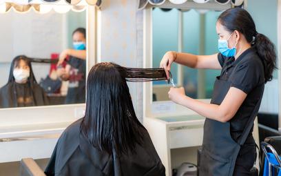 Czy fryzjerom i kosmetyczkom przysługuje postojowe?