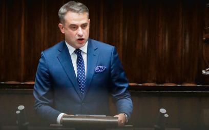 Zrównanie przez Krzysztofa Gawkowskiego z Lewicy (na zdjęciu podczas sejmowej debaty nad stanem wyją