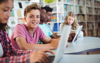 Do samorządów trafiają pierwsze dotacje z programu Zdalna Szkoła.
