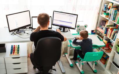 Na chęć pracy zdalnej wpływa wielkość gospodarstwa domowego. Im mniej osób w nim mieszka, tym chętni