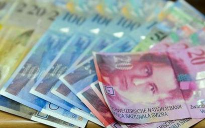 Wielu frankowców chwilowy spadek notowań szwajcarskiej waluty nie cieszy, bo czekają na systemowe ro