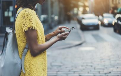 Na wakacjach wystarczy smartfon. Co potrafią bankowe apki?