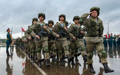 Rosyjscy żołnierze maszerują podczas ceremonii otwarcia ćwiczeń Zapad-2021