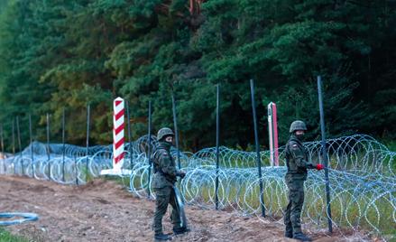 Żołnierze podczas budowy ogrodzenia na granicy polsko-białoruskiej w okolicy wsi Nomiki