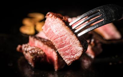 Mięso w miejscu pracy – czy można zakazać jego spożywania?