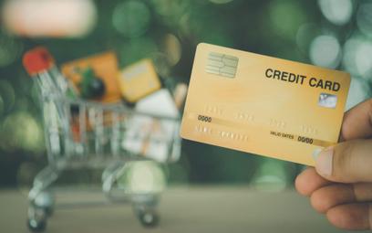 Lepiej nie spieszyć się z odnowieniem karty kredytowej