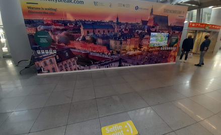 Stając na tle panoramy Warszawy można sobie zrobić zdjęcie i wysłać znajomym lub pochwalić się nim w