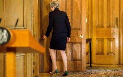 Premier Theresa May nie znajduje oparcia ani we własnej partii, ani w Brukesli