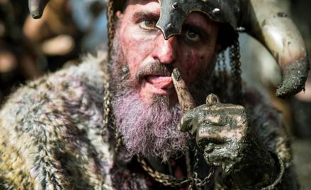 Uczestnik inscenizacji inwazji wikingów w miejscowości Catoira w Galicji