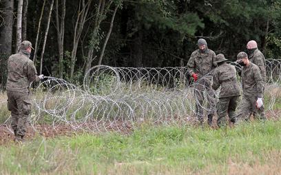 Polskie służby ułożyły drut kolczasty na odcinku ponad 100 km granicy polsko-białoruskiej, w budowie