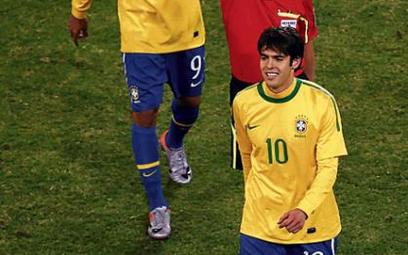 Rozbawiony czerwoną kartką Kaka, z tyłu strzelec dwóch bramek Luis Fabiano