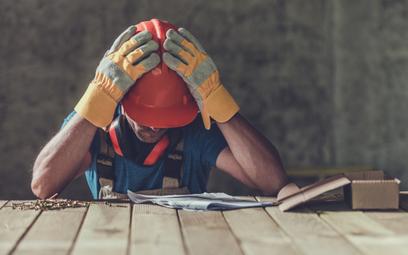 Nastrój pracowników się pogarsza, a zaangażowanie spada.
