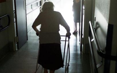 Szacuje się, że ćwierć miliona Polaków w podeszłym wieku wymaga opieki innej osoby