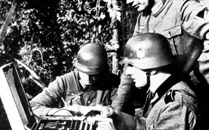 Niemieccy żołnierze obsługujący Enigmę