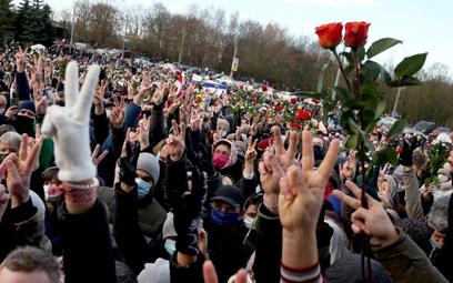 Białoruś: Pogrzeb Romana Bondarenki. Tysiące osób pożegnało demonstranta z Mińska