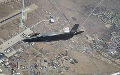 Samolot myśliwski F-35A z dywizjonu testowego 461st FTS podczas lotu nad kalifornijską bazą Edwards