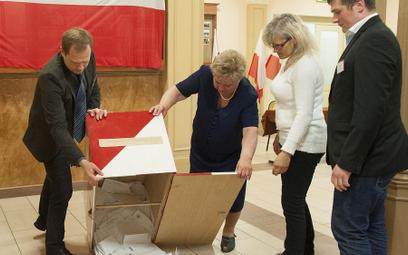 I tura wyborów prezydenckich w 2015 roku. Liczenie głosów w jednej z bydgoskich komisji wyborczych