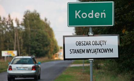 Tabliczka informująca o obowiązywaniu stanu wyjątkowego w miejscowości Kodeń