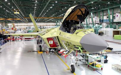 Prototyp myśliwca KF-X podczas montażu w zakładach KAI w Sacheon. Fot./Ministerstwo Obrony Republiki