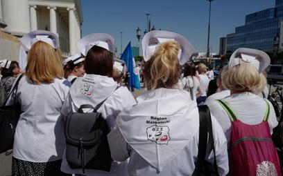 Manifestacja pielęgniarek i położnych na pl. Bankowym w Warszawie