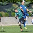 Mecz Kuloodporni – Legia (2:0). W wyskoku o piłkę walczą Rafał Bieńkowski z Kuloodpornych i Mateusz