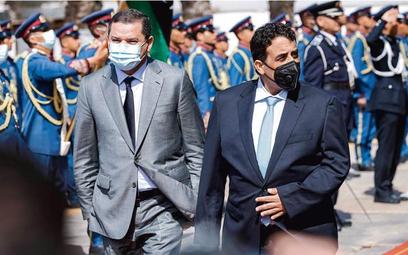Tymczasowy premier Abd al-Hamid Dabaiba (z lewej) i tymczasowy prezydent Mohamed Menfi