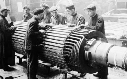Pracownicy moskiewskiej fabryki Elektrosila. Stalin chciał mieć posłusznych robotników pracujących n