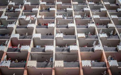 Uwięzieni w kontenerach mieszkalnych, które ludzkość buduje od stu lat zamiast domów i kamienic… Joh