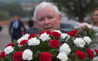 Jarosław Kaczyński w drodze na Wawel, w celu złożenia kwiatów na grobie Lecha i Marii Kaczyńskich, 1