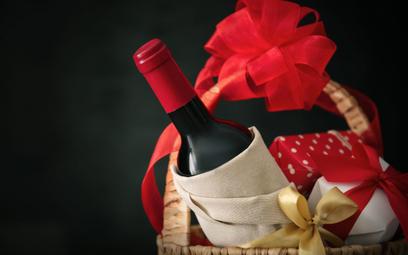 Alkohol jako firmowy prezent świąteczny. Co z podatkiem VAT?