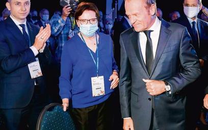 Donald Tusk powinien się zdecydować na zbudowanie drużyny zamiast dworu. Na zdjęciu: lider PO z Ewą