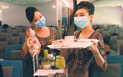 Posiłek w samolocie linii Singapore Airlines, stojącym przy rękawie na lotnisku, to koszt od 39 do 6