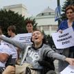 Uczestnicy demonstacji wspierającej protest niepełnosprawnych w Sejmie, w 2018 roku