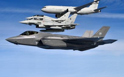 Włoski F-35A w locie w formacji z dwoma Eurofighterami i latającym tankowcem KC-767. Fot./Ministerst