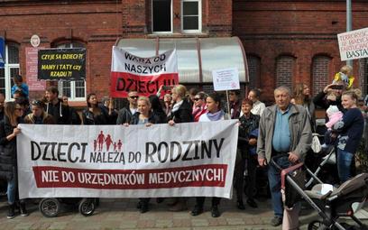 Pod szpitalem w Białogardzie gromadzili się ludzie popierający rodziców, którzy uciekli wraz ze swoi