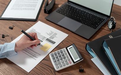 Błędne dane na fakturach VAT można skorygować poprzez wystawienie noty korygującej lub faktury koryg