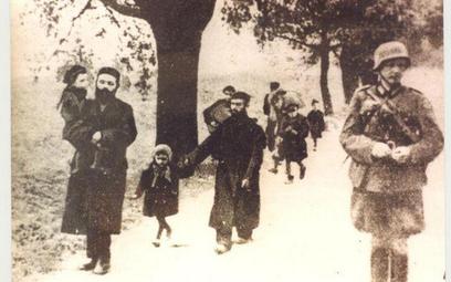Żydzi konwojowani przez niemieckiego żołnierza